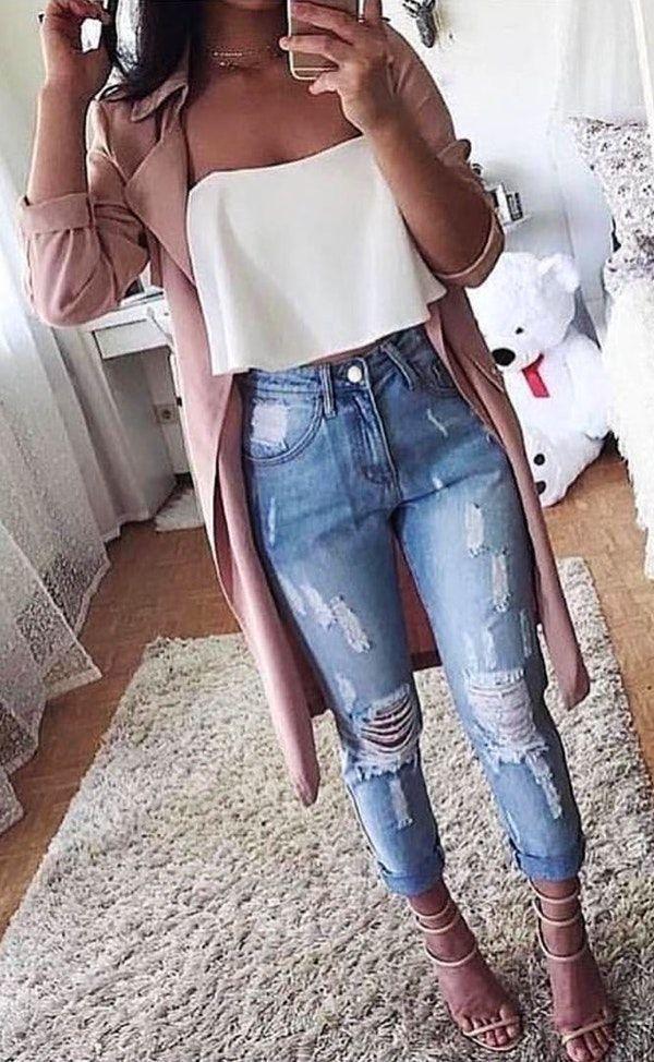 #winter #outfits pinkfarbene Strickjacke mit weißem Bustieroberteil und Jeans-Outfi …