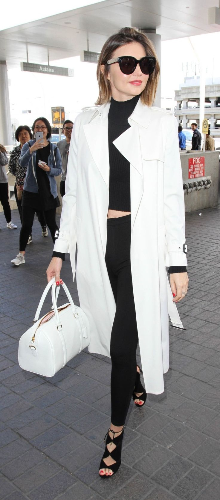 Check out Miranda Kerr's casual-cool style for takeoff, and how to re-create it for yourself.