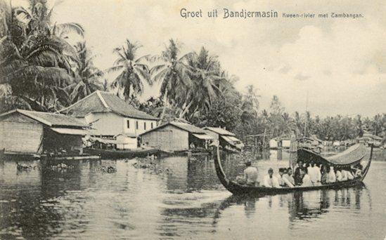 De Kween rivier met Zambangan (perahu tambangan?CMIW) in Bandjermasin 1900.