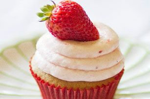 These lemon flavour cupcakes get their citrusy flavour from JELL-O Pudding—and their flashy good looks from a strawberry-mallow frosting and fresh berries.