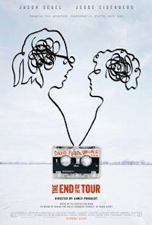 """Σχεδόν αποδραματοποιημένη και με το εκφραστικό υλικό να υπερτερεί κατά πολύ του μορφικού της, η συγκρατημένη, νέα ταινία του Τζέιμς Πόνσολντ, γνωστού και από το """"Ονειρεμένο τώρα"""" (2013), έχοντας ως όχημα την ιδιαίτερη προσωπικότητα του λογοτέχνη Ντέιβιντ Φόστερ Γουάλας, εισχωρεί στη ανταγωνιστική, ιδιότυπη σχέση δυο φιλόδοξων ανδρών για να φωτίσει τις πτυχές εκείνες οι οποίες αναδεικν"""
