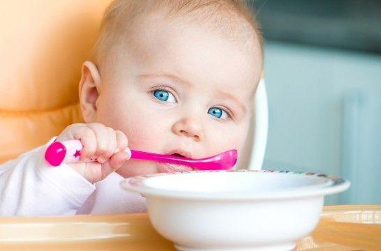 Diez alimentos que no conviene darle a un bebé menor de un año | EROSKI CONSUMER. Frutos secos enteros, miel o ciertos pescados y mariscos son algunos alimentos que no están recomendados para los pequeños menores de un año