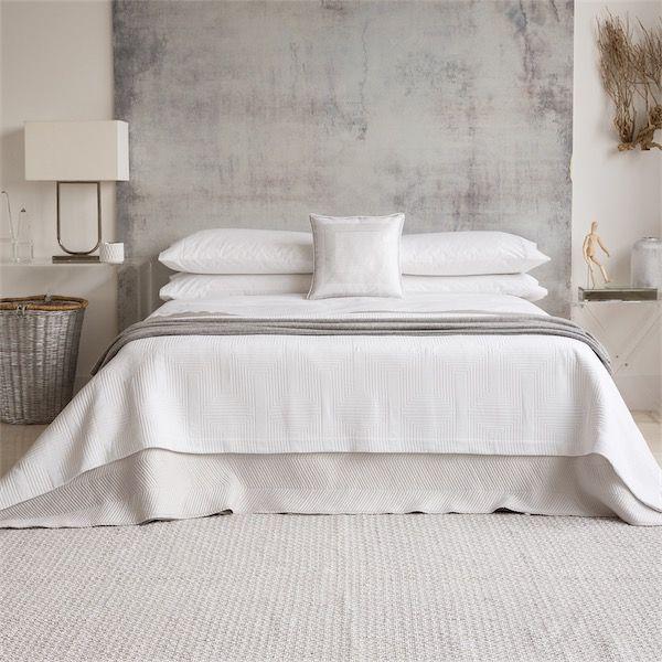 camas vestidas por completo con sábanas blancas de estilo contemporáneo de la firma Zara Home blog chicanddeco