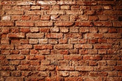 muro di vecchi mattoni rossicci