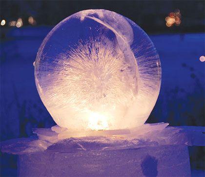 ballon vullen met water, buiten laten bevriezen, ballon eraf halen, gat onderin boren, ( waterdicht) lampje of kaarsje erin....