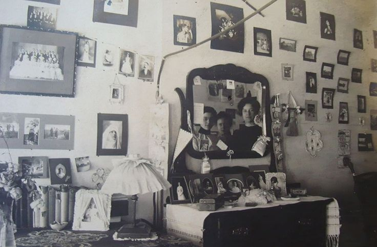 Vintage Dorm Decor: A photo-filled space is the perfect frame for this ethereal 1915 selfie of Brown University students.