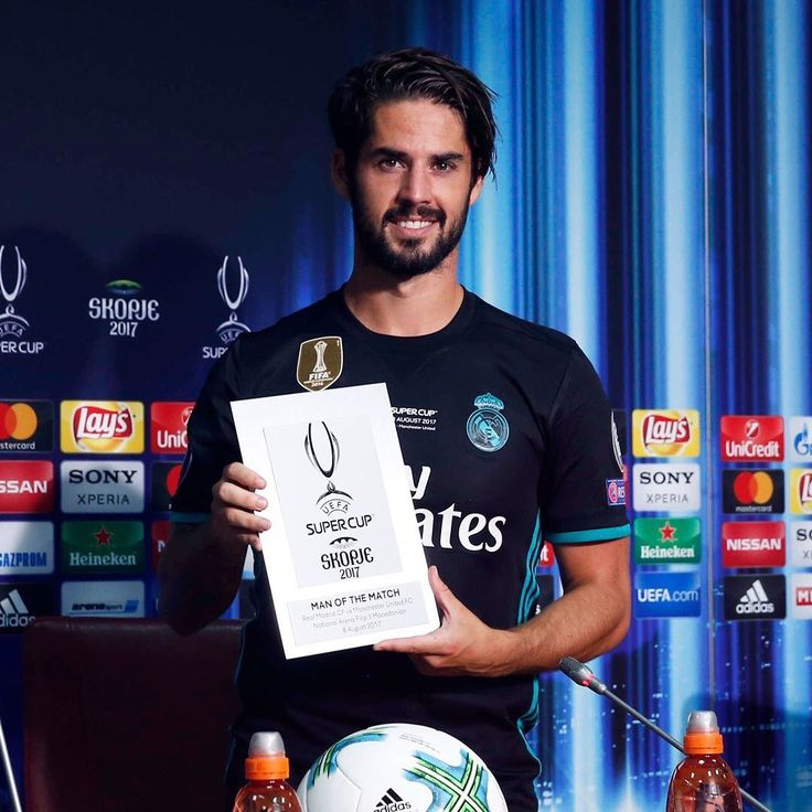 isco alarcon holding his man of the match at UEFA SUPERCUP 2017