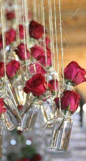 Rosas colgantes, el efecto es tan bonito...perfecto para hacer especial cualquier espacio de tu boda @Innovias.