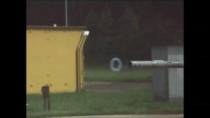 大砲から砲弾が回転しながら発射されるGIF画像 created by marina@consequuntur