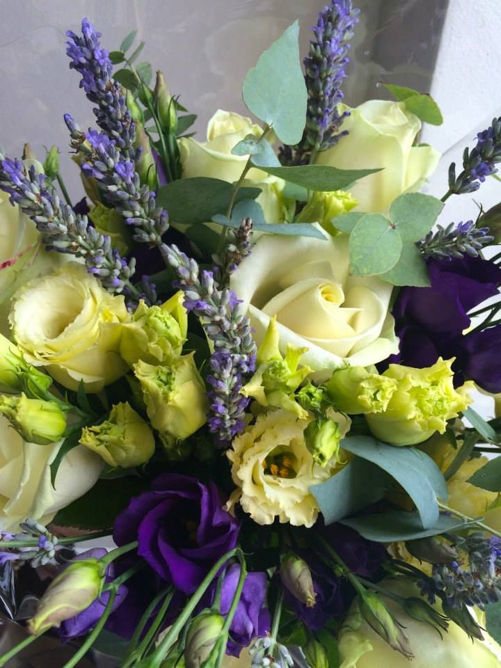 Summer mixed bouquet of lavender, eustoma / lisianthus and roses by ROSMARINO / Letní kytice z levandule, eustomy a růží