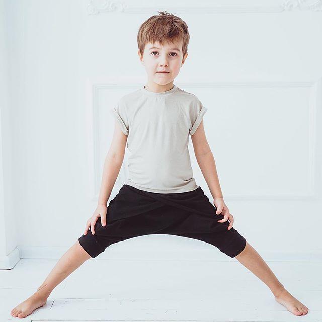Бриджи сложного кроя с запАхом и удлиненная сзади футболка из натурального хлопка - отличная пара для занятий... например йогой #yoga #minima_lis #concept #модныедети