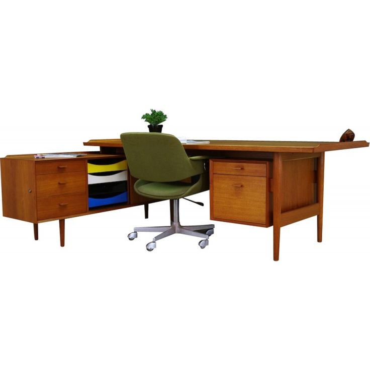 <p>Bureau d'écriture original des années 70 conçue par Arne Vodder produite à Sibast Mobelfabrik. Le dessus de table plaqué avec le teck, les pieds en teck massif. Caractéristiques 9 tiroirs, coffre avec la porte. Le bureau en bon état (petites rayures et ronds, cercle plus sombre sur le dessus). Dimensions: Hauteur 72.5cm Plateau de table 204cm x 90cm Chaise Espace 80cm Buffet 62,5cm x 165cm x 42cm.</p>