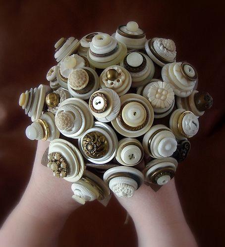 buquê da noiva botoes | Ideia prática e pode ser confeccionado em casa | Os botões podem ter vários formatos e cores, porém os mais antigos são os mais utilizados.