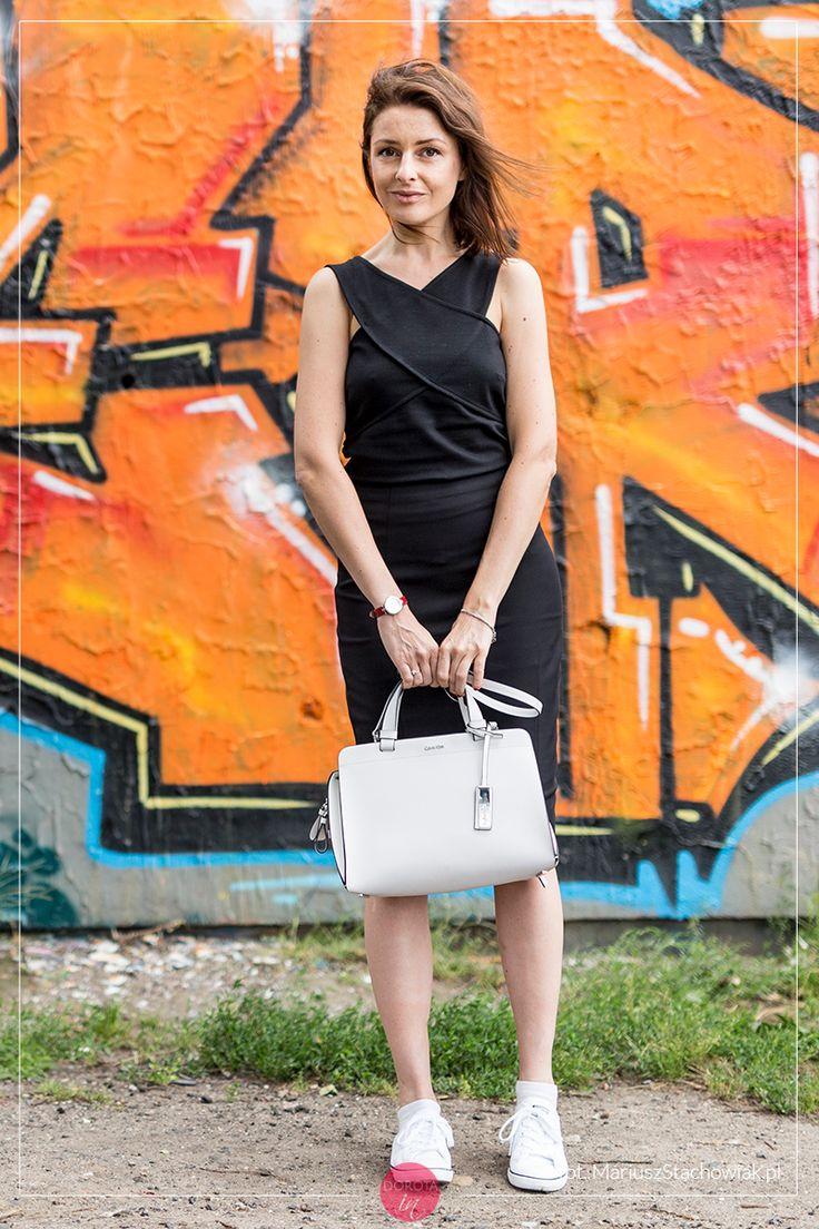 Czarna sukienka i białe tenisówki - stylizacja z białą torebką.  http://dorota.in/czarna-sukienka-biale-tenisowki-stylizacja/  Little black dress and white Converse - outfit with white handbag.  #moda #fashion #styl #style #outfit #outfitideas