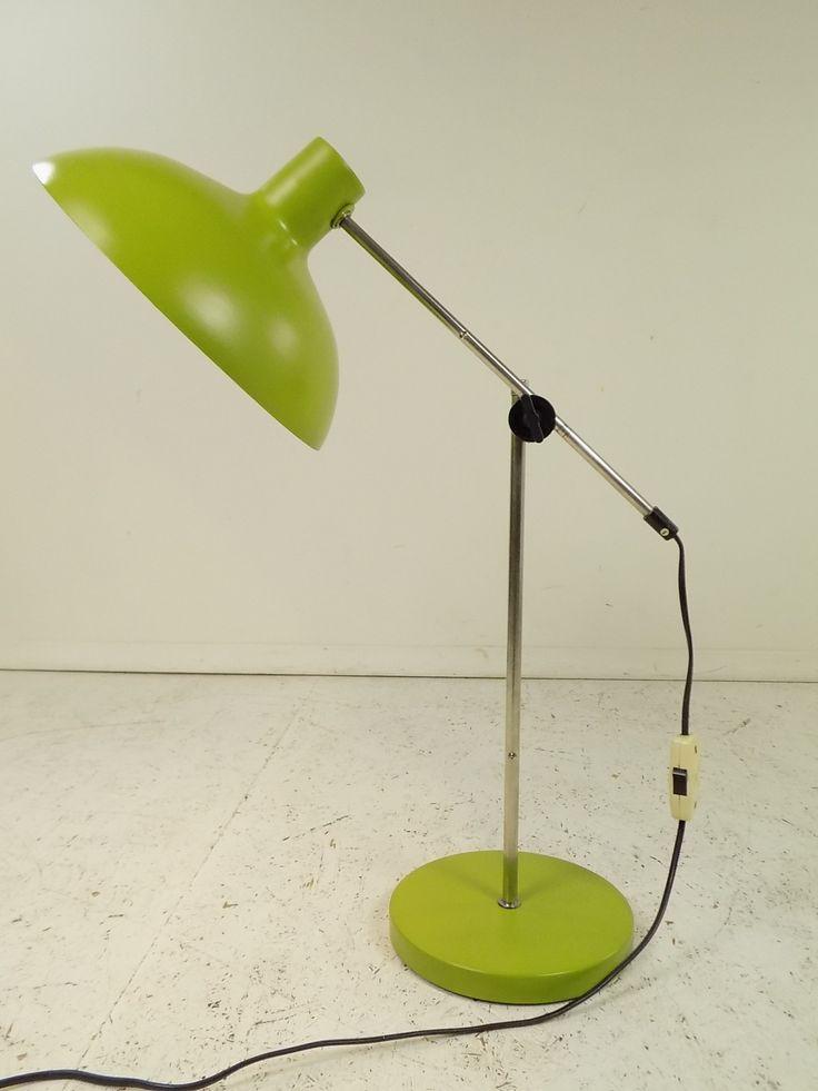 Polska lampka biurkowa Polamz lat 70. wykonana ze stali, aluminium oraz metalu chromowanego.Ramię jest regulowane…