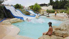 RCN Domaine de la Noguière 2 royale zwembaden met glijbanen. Uitzicht op de Roquebrune vanaf de camping. Stranden van de Middellandse zee op 30 minuten.