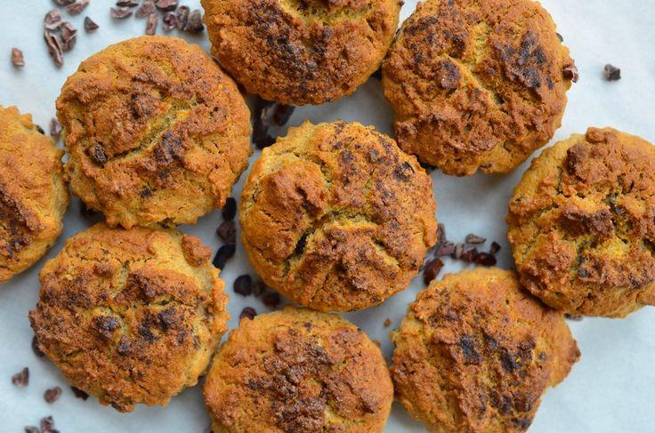 Geschreven door Rens Kroes op 7 jan 2015 Deze glutenvrije muffins zijn perfect voor de zoetekauwen onder ons, een heerlijke zoete snack, maar wel zonder geraffineerde suiker. Handig voor onderweg of als traktatie. Ik vind ze zo lekker! Sweet muffins (glutenvrij) Ingrediënten (voor 18 muffins) 1 middelgrote zoete aardappel 4 eieren 250 ml ongezoete amandelmelk 2 eetlepels kokosolie 125 ml kopje pure ahornsiroop 500 gram bruine rijstmeel 2 eetlepels wijnsteenzuur bakpoeder ½ theelepel zeezout…