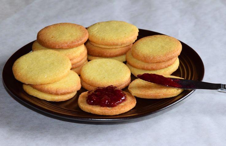 BASISOPPSKRIFT PÅ SMÅKAKER Her har du en veldig enkel og god oppskrift på småkaker som det er helt umulig å mislykkes med. Lag helt enkle vaniljekaker, tilsett kanel, eller hva med revet sitrusskall, sjokolade eller nøtter? En deig - mange varianter! Lag en stor porsjon med en gang, del deigen i biter og tilsett forskjellige smaksvarianter, og vips, har du flere slag til jul i boks! :) #kjeks #cookies