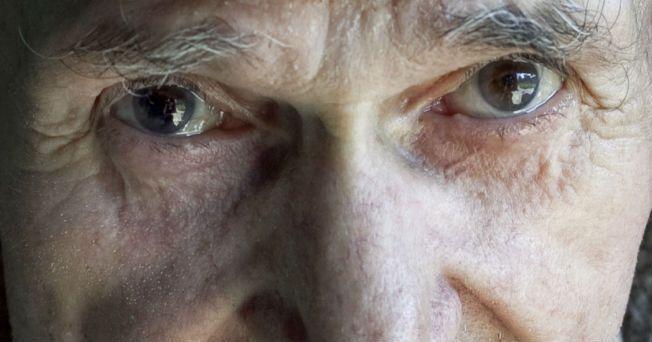 Investigadores descubrieron dos nuevas formas de detectar el Alzheimer: la primera se basa en la observación de los cambios en los ojos y la segunda en las caídas de una persona. Estas investigaciones fueron presentadas en el marco de la Conferencia Internacional de la Asociación de Alzheimer que se celebra en París. El primer estudio encontró que los cambios en los vasos sanguíneos de la retina pueden ser un indicio prematuro del Alzheimer. Esta investigación se llevó a cabo en la…
