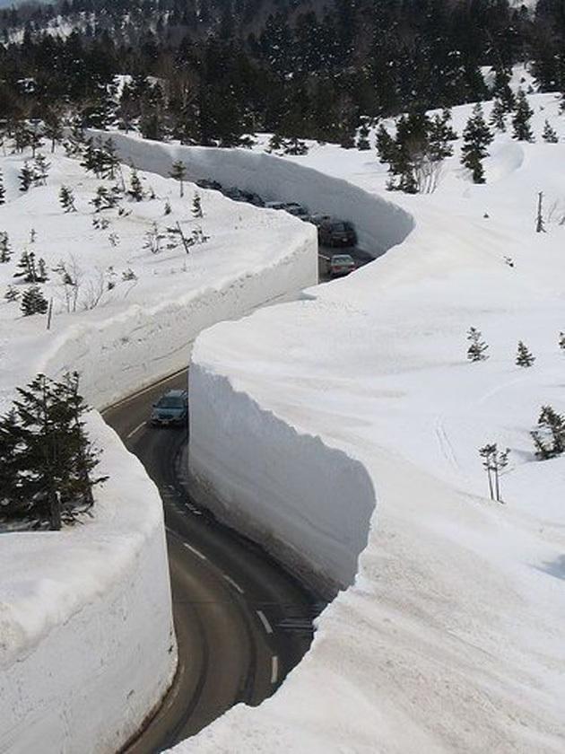 Un canyon de neige au Japon ! (une route à Honshu).
