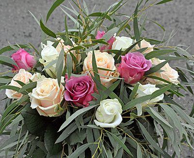 sorgbukett med rosor, Akito, Cool Water, Talea http://holmsundsblommor.blogspot.se/2013/02/begravningsbukett.html. Nr 4B