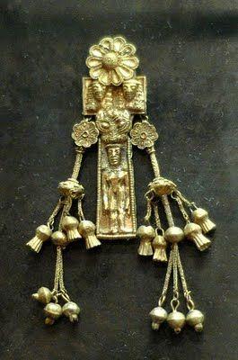 Pendentif représentant une femme nue. Électrum, œuvre d'un atelier rhodien, v. 630-620 av. J.-C. Découvert dans la nécropole de Camiros, à Rhodes.Jastrow