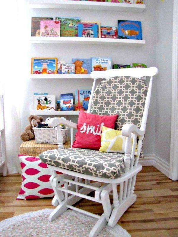 une chaise berçante blanche avec des coussins colorés