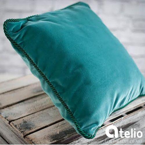Aksamitna poduszka w kolorze morskim. Pracownia Color for Home. Do kupienia w atelio.pl. #poduszka #pillow #design #turkus