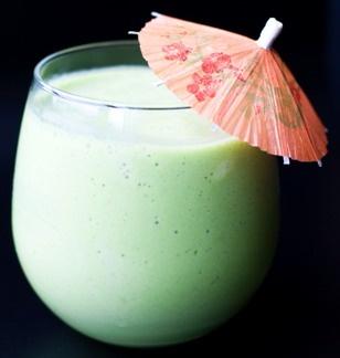 CHUFA COLADA. Adaptación de la Piña Colada. INGREDIENTES: 1/5 parte de ron blanco, 1/5 parte de Malibú (mezcla de ron con extracto natural de coco), 1/5 parte de mangaroca (mezcla de macerados de coco y leche), 1/5 parte de zumo de piña (natural o preparado), 1/5 parte de zumo de piña, 1/5 parte de horchata y hielo picado. ELABORACIÓN: En una coctelera ponemos todos los ingredientes. Agitamos con energía durante unos 30 segundos y servimos. Decorar con piña, sombrillas, pajitas y una guinda.