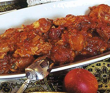 Khorake morgh är ett recept på kycklinggryta med persiska toner. Grytan med kycklinglår får sina smaker av bland annat vitlök, tomatpuré, tomater och lime innan du serverar kycklinggrytan med lite färsk persilja till garnering.