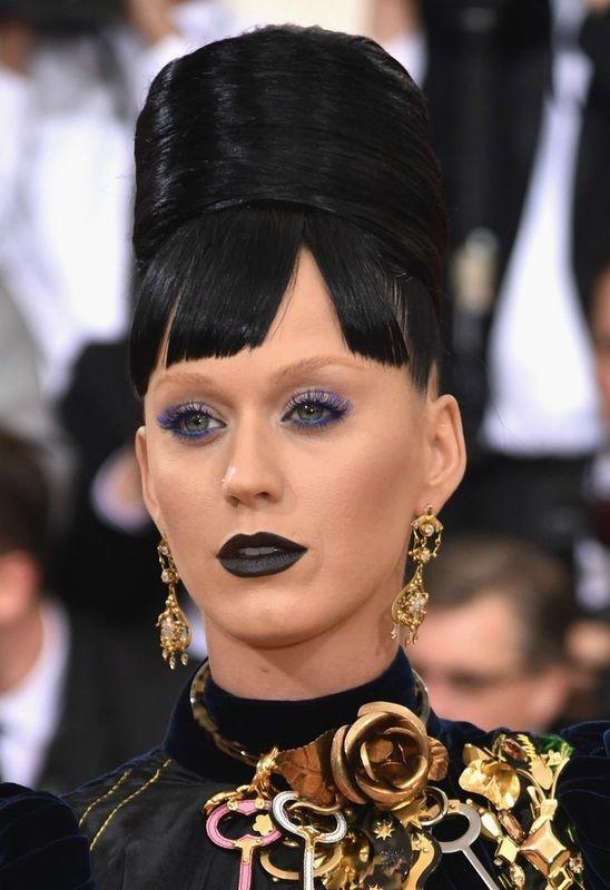 Katy Perry houdt van extreem en dat zien we ook hier in haar make-up. Dramatisch donkere lippen en gekleurde mascara, normaal is 'less more', maar dat geldt niet voor Katy!