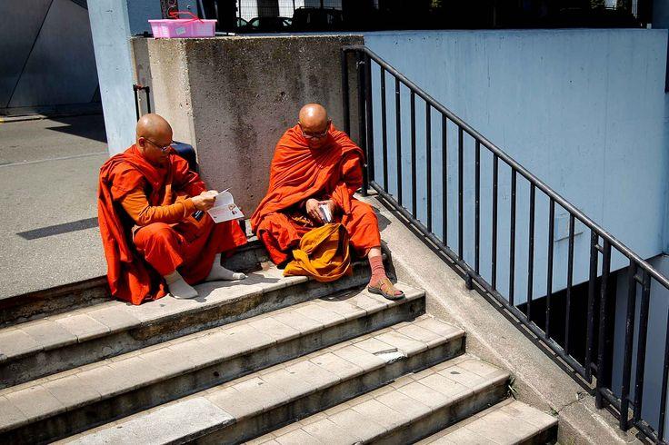 Des moines bouddhistes attendent un train à la gare deLyonPerrache, le 27 juin.