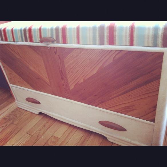 Cedar chest - painted annie sloan  Coffre en cèdre rouge. Banc d'entrée