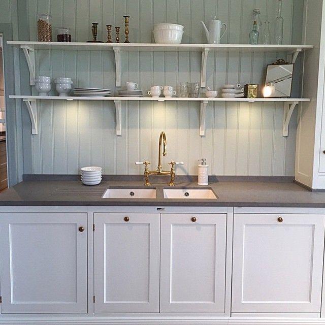 kök - ljusgrå skåp & mellangrå bänkskiva & vitt handfat; matsal - pastellgrön panel; vardagsrum - mellangrå vägg