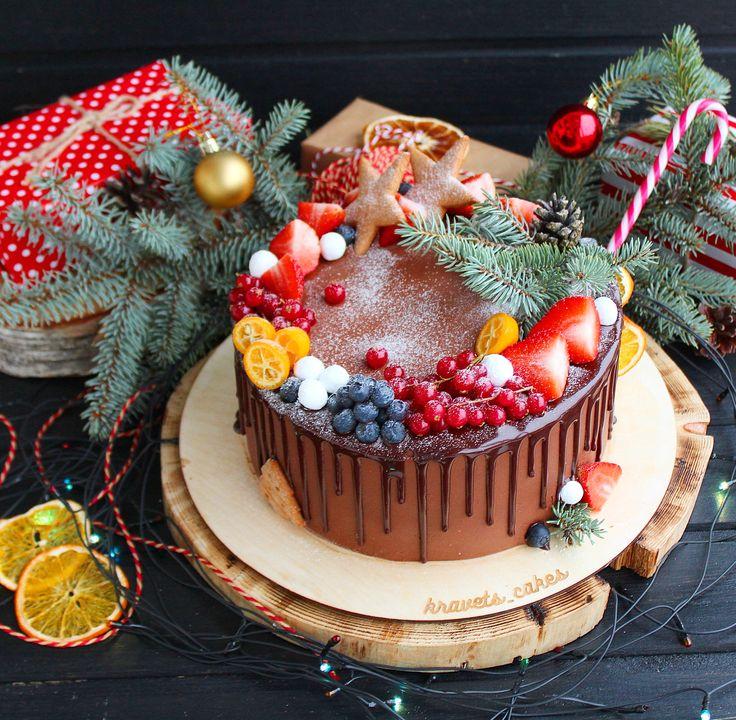 Шоколадный бисквит в новогоднем стиле. В прослойке малина и крем-чиз, сверху покрыт шоколадным кремом. Автор instagram.com/kravets_cakes