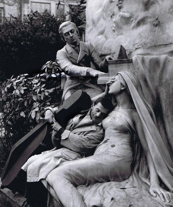 Robert Doisneau ( La Musique) - Maurice Baquet et la muse de pierre, Paris 1957