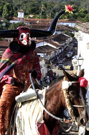 Pirenópolis - Mascarado subindo a Rua do Rosário - Brazil | PicadoTur - Consultoria em Viagens | Agencia de viagem | picadotur@gmail.com | (13) 98153-4577 | Temos whatsapp, facebook, skype, twiter.. e mais! Siga nos|