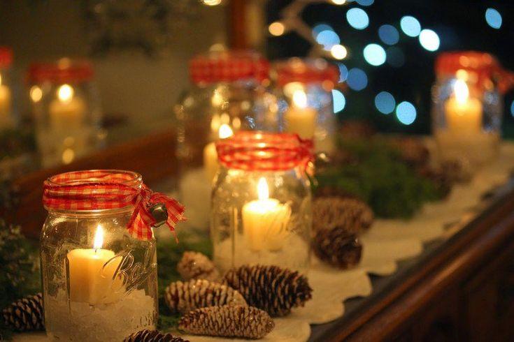 idées déco Noël - déco de manteau de cheminée avec des bocaux en verre, bougies, pommes de pin givrés et rubans à carreaux