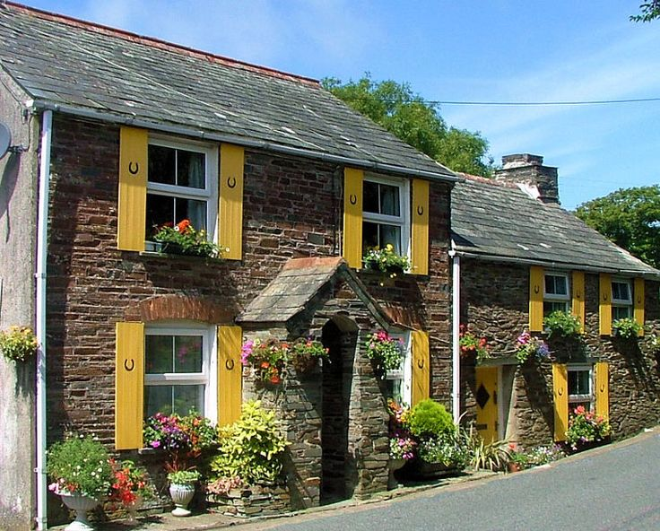 Cottage in Cornwall    Always wanted to go there. I blame it on Rosamund Pilcher...