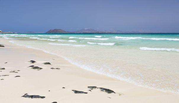 Les îles Canaries offrent une multitude de plages pour les amoureux du sable fin comme pour ceux qui préfèrent les plages volcaniques faites de sable noir. Corralejo, Famara, Maspalomas... Découvrez dix plages d'exception.