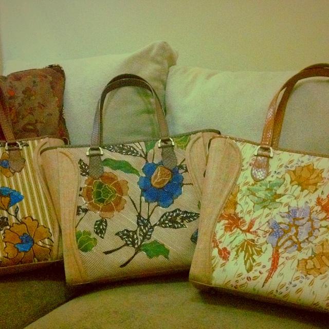 envy batik bag type : shine 1 materials : vintage batik & tweed handle : cobra skin