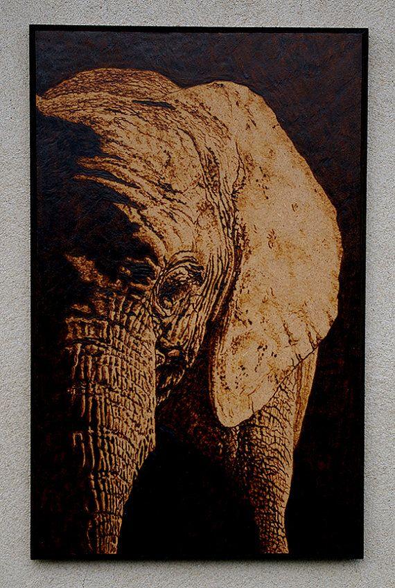 La obra de arte se quema en un panel de madera, utilizando la antigua técnica de pirograbado. Tamaño A4