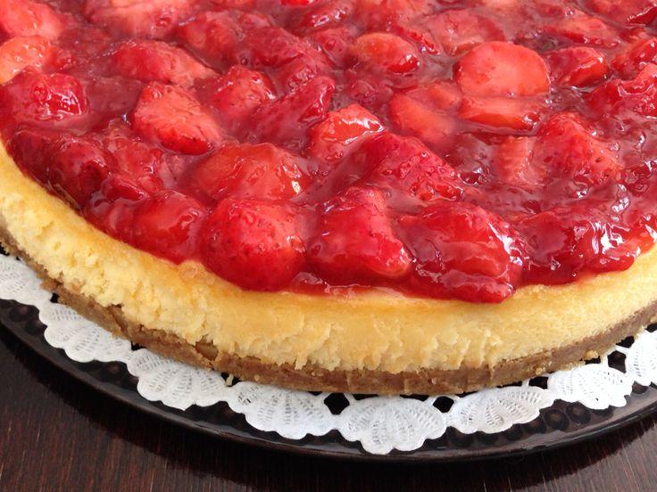 New York cheesecake with fresh strawberries