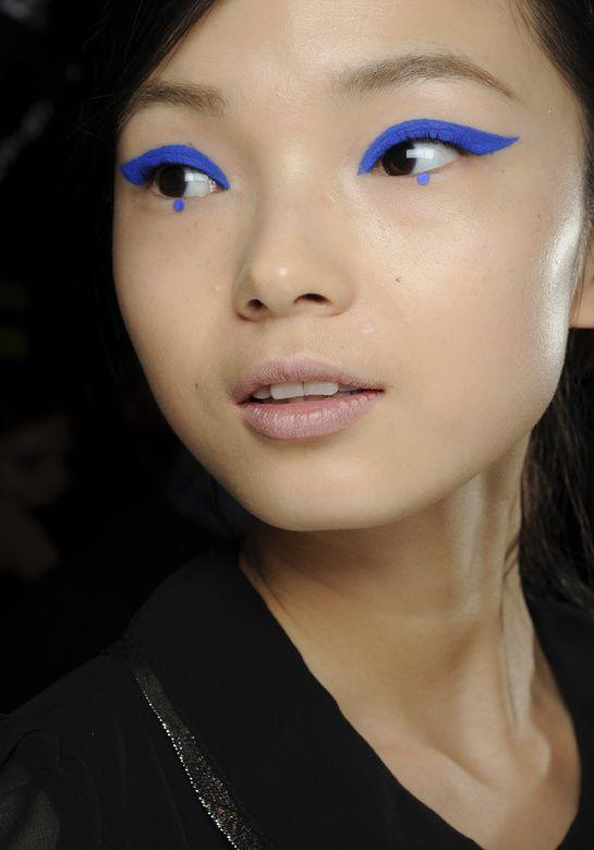 L'eye-liner flashy, chez Anna Sui http://www.vogue.fr/beaute/tendance-des-podiums/diaporama/les-tendances-make-up-fortes-de-la-rentree/9305/image/564262#l-039-eye-liner-flashy-chez-anna-sui
