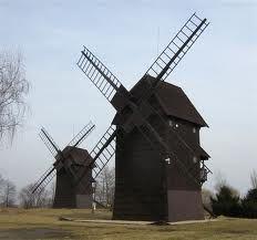 """Śmigiel """"miasto wiatraków"""". Rzeczywiście, ma bogate tradycje młynarskie, a w dawnych czasach stało tu niemal 100 wiatraków. Dziś """"wizytówką"""" miasta są... dwa wiatraki, stojące na wzgórzu, przy wjeździe do miasta od strony Kościana:"""