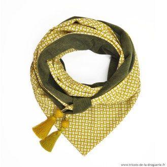 Très facile à réaliser : on assemble les 2 tissus, on rajoute des pompons et des perles aux pointes du foulard et le tour est joué ! #ladroguerie #foulard #tissus Voici le foulard velouté kaki. Il est réalisé avec les tissus Soirée masquée et Velouté Kaki.