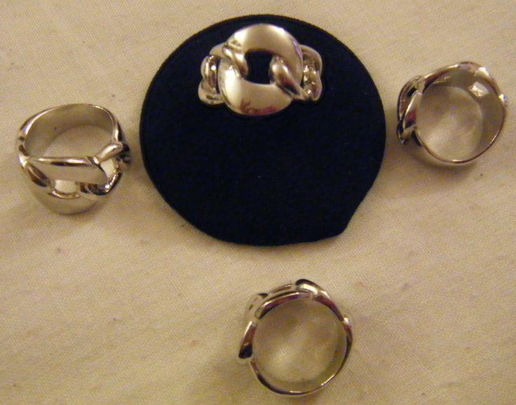 1  anello in metallo colore argento disponibili  mis.16,17,e 19
