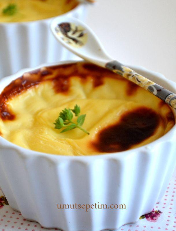Fırında Sütlaç  Tarifi Malzemeler:  1 litre süt 1 su bardağından 2 kaşık fazla şeker 1 kahve fincanı pirinç (Klasik Türk kahve fincanı) 2  çorba kaşığı tepeleme  mısır nişastası (Buğday da olur) 1 yumurta  sarısı 1 tutam tuz 1 paket vanilya