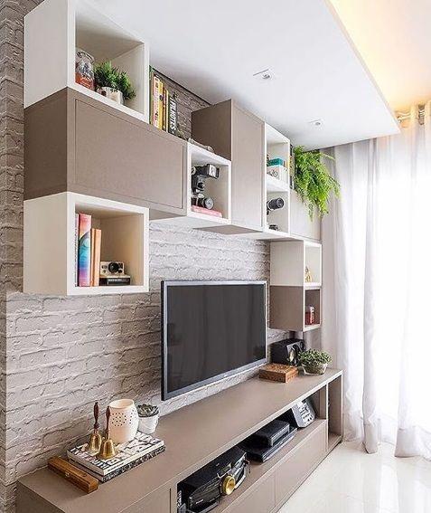 Composição de nichos fendi e brancos e papel de parede de tijolinhos. Projeto: Estudio AE