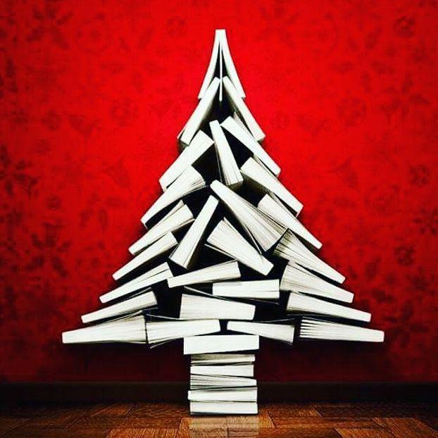 Un albero di Natale formato da libri
